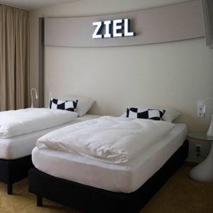 Das Hotel verfügt über 33 Zweibettzimmer, neun Einzelzimmer, eine Segel-Suite und das Team Loft.